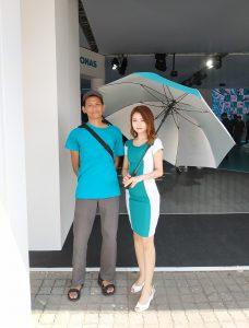 foto bersama umbrella girl dari Petronas